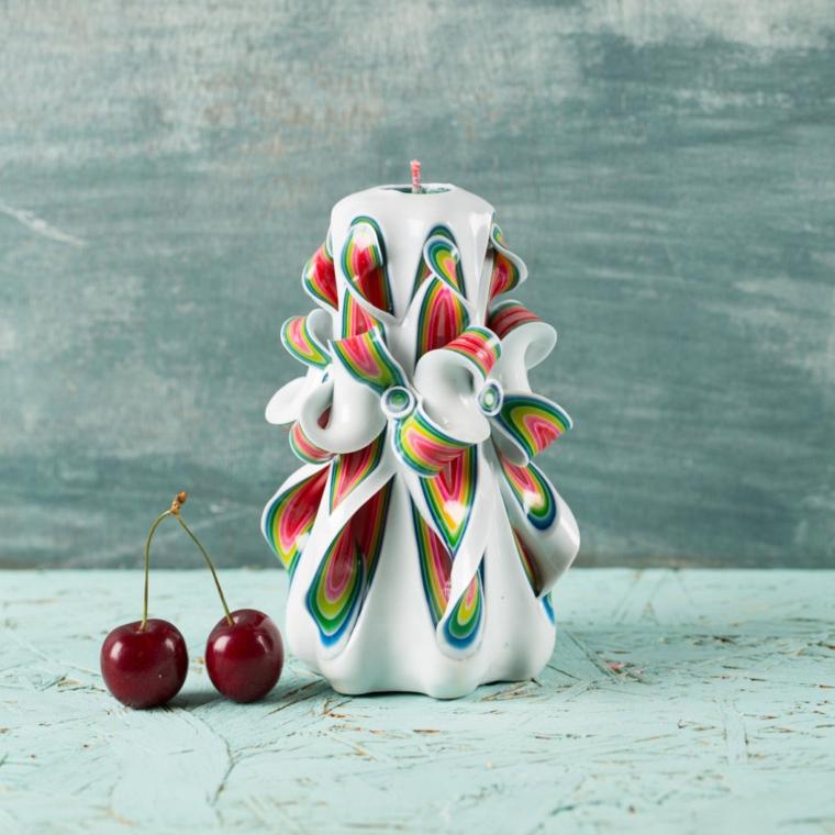 idee-regali-natale-candela-forma-cilindro-bianca-dettagli-colorati-azzurri-rossi-gialli
