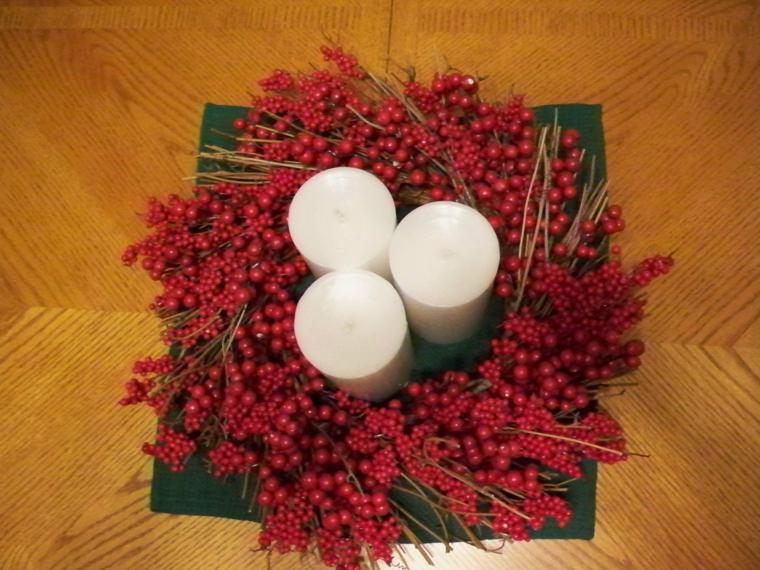 idee-regali-natale-fai-da-te-composizione-originale-facile-realizzare-bacche-rosse-tre-candele-centro