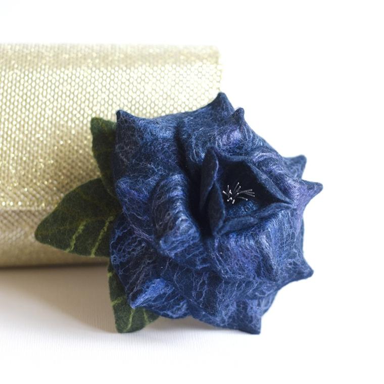 idee-regali-natale-splendido-fiore-blu-cobalto-stoffa-delicata-preziosa-perfetto-come-decorazione
