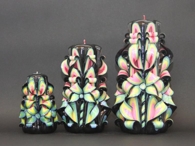 idee-regali-natale-tre-candele-dalla-piu-piccola-alla-piu-grande-diversi-colori-sfondo-nero