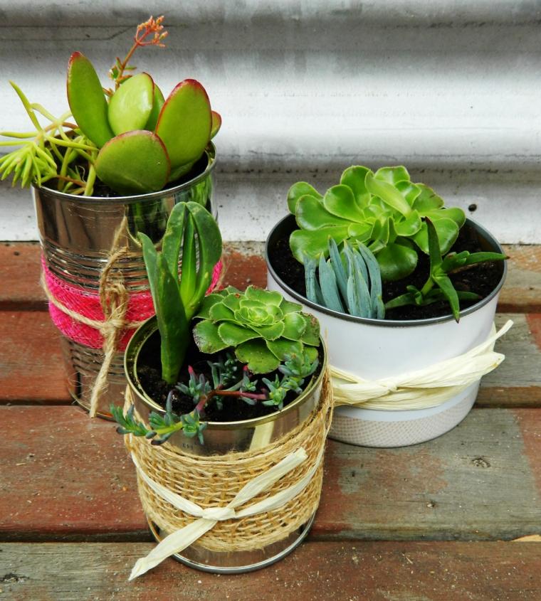 idee-regalo-natale-proposta-green-barattoli-riciclo-interno-composizione-piante-grasse-fiocco