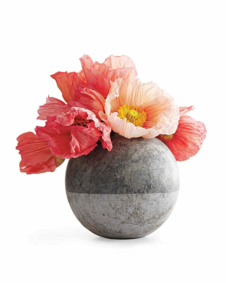 idee-regalo-natale-vaso-grigio-chiaro-grigio-scuro-sfera-interno-fiori-color-pesca