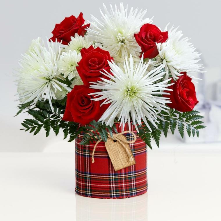 idee-regalo-natale-vaso-stoffa-motivi-scozzesi-interno-composizione-fiori-rose-rosse