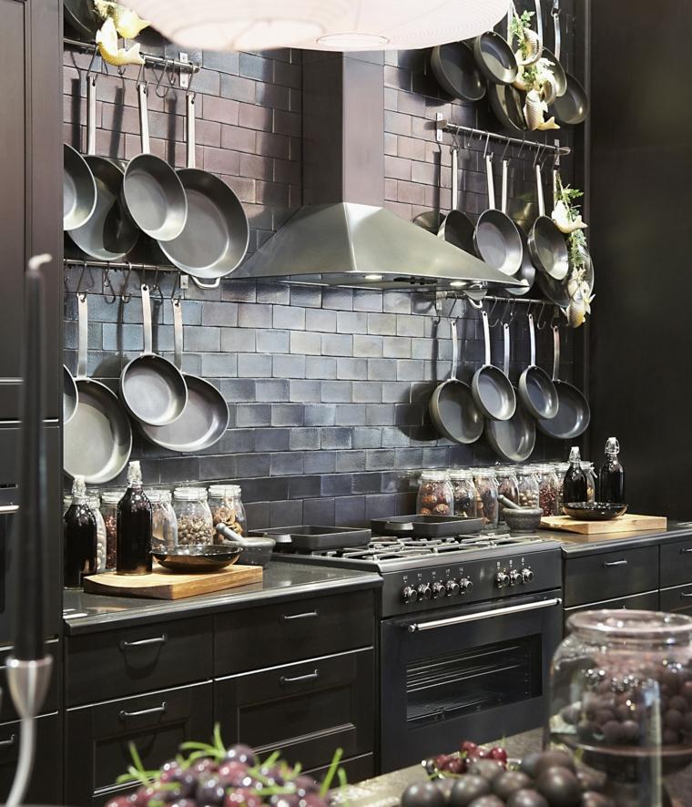 ikea-cucina-nera-padelle-vista-cappa-aspirante-acciaio-inox-paraschizzi-piatrelle-scure-rilievo