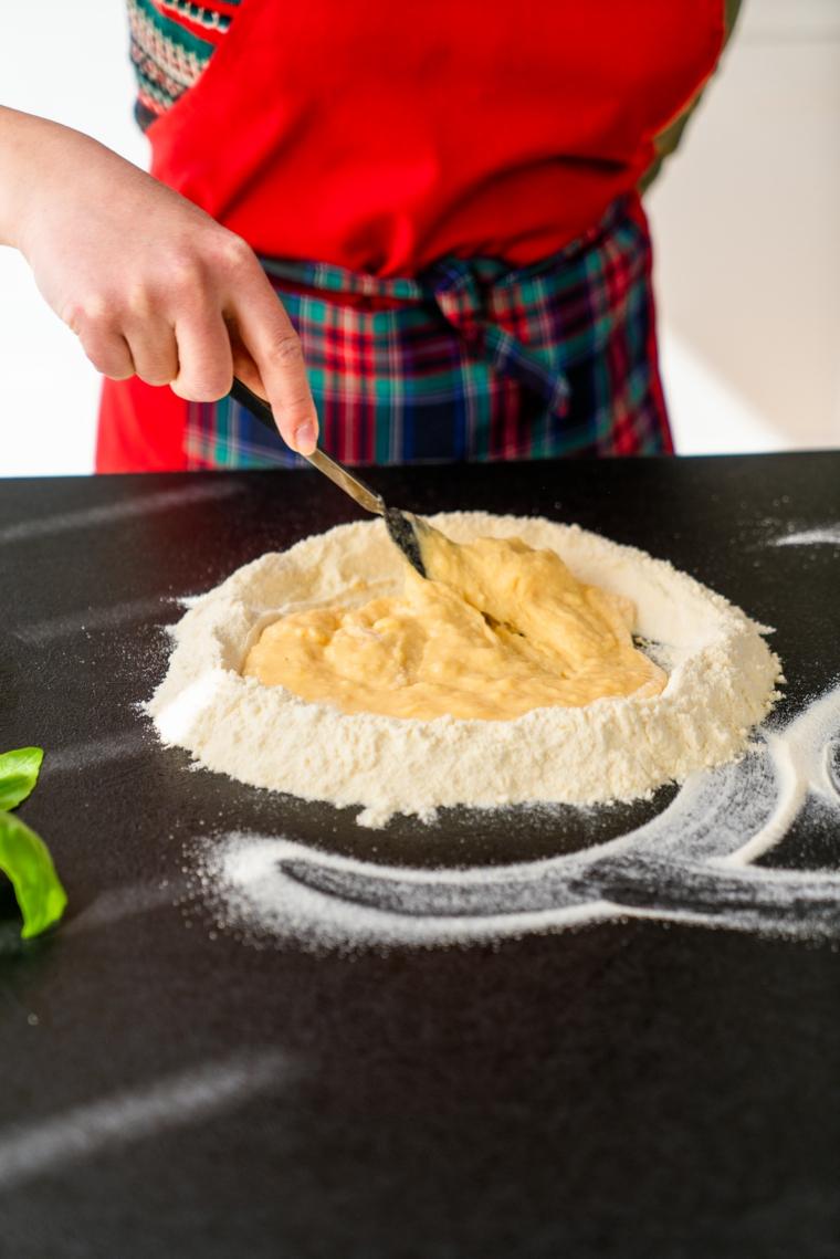 Tagliatelle fatte in casa, impasto con farina e uova per fare la pasta fresca