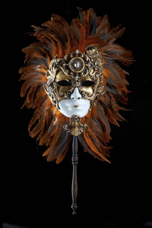 maschera-veneziana-proposta-elegante-rafffinata-volto-donna-bianco-decorazioni-oro-piume-rosse