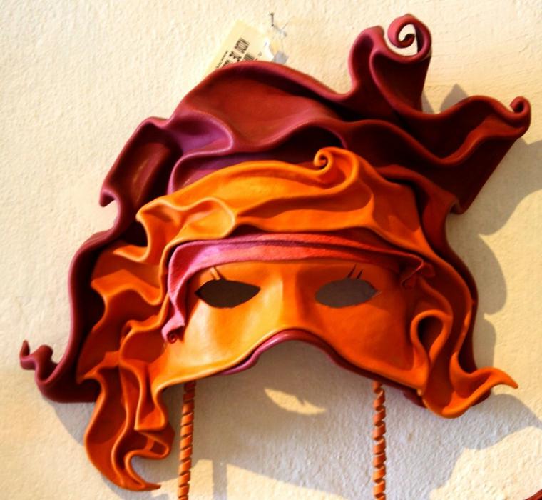 maschera-veneziana-proposta-particolare-toni-rosso-arancio-drappi-intorno-orecchie