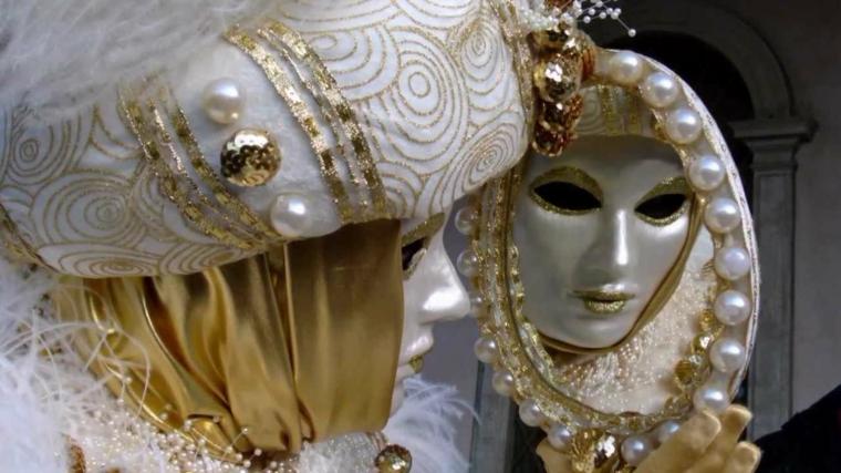 maschera-veneziana-proposta-storica-volto-tutto-bianco-cappello-decorato-palline-oro-bianche