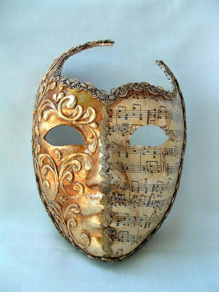 maschera-veneziana-proposta-tradizione-tutta-color-oro-decorazioni-diverse-meta-note-musicale