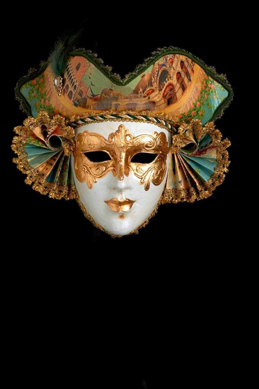 maschera-veneziana-soggetto-maschile-volto-bianco-occhi-bronzo-cappello-pariticolare-ventagli-orecchie