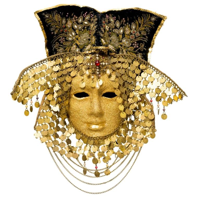 maschera-veneziana-soggetto-originale-maschile-viso-tutto-oro-decorazioni-ovali-intorno-testa-collo-cappello-nero
