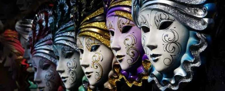 maschera-veneziana-tante-proposte-stessa-fantasia-colori-diversi-cappello-drappo-intorno-collo