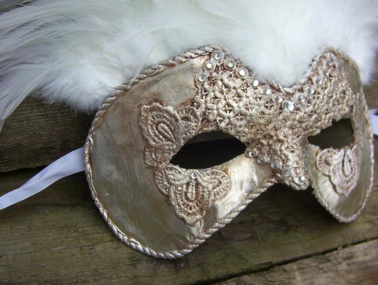 maschera-veneziana-tutta-argento-decorazioni-parte-centrale-intorno-occhi-piume-bianche
