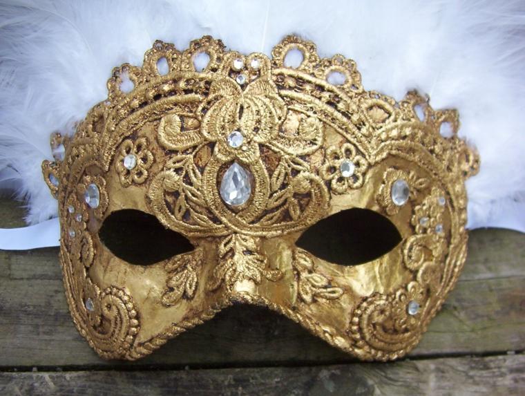 maschera-veneziana-tutta-dorata-decoraizioni-interno-parte-superiore-alcuni-grossi-brillanti