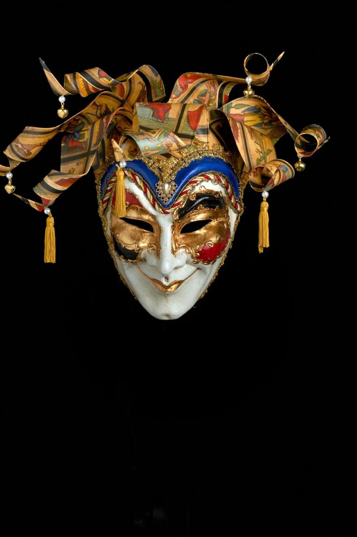 maschera-veneziana-volto-maschile-decorazioni-oro-rosse-blu-cappello-particolare
