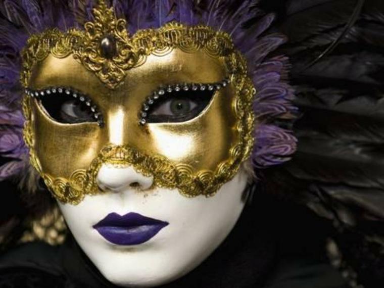 maschere-di-carnevale-bellissima-proposta-donna-color-oro-decorazioni-bordi-volto-bianco-labbra-viola-piume