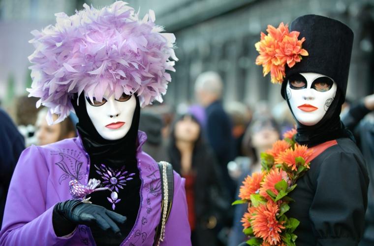 maschere-di-carnevale-due-personaggi-femminili-durante-manifestazione-volto-bianco-labbre-rosse-decorazioni-copricapo