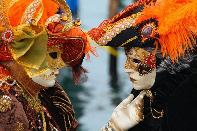 maschere-di-carnevale-due-splendide-proposte-per-lei-per-lui-colori-caldi-accesi