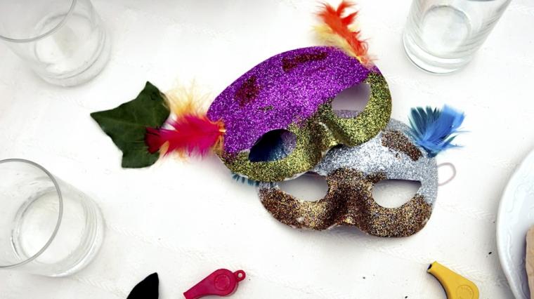 maschere-di-carnevale-fai-da-te-due-idee-colori-diversi-viola-verde-grigio-marrone-glitter-piume-colorate