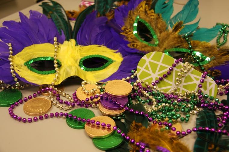 maschere-di-carnevale-fai-da-te-due idee-realizzare-casa-una-gialla-viola-altra-marrone-verde-blu