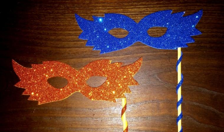 maschere-di-carnevale-fai-da-te-due-proposte-facili-realizzare-arancinone-blu-glitter-bastoncino-decorato