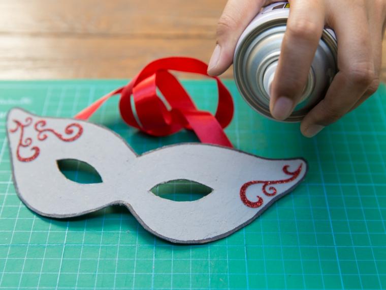 maschere-di-carnevale-fai-da-te-fase-realizzazione-bombola-spray-decorazioni-rosse-lati