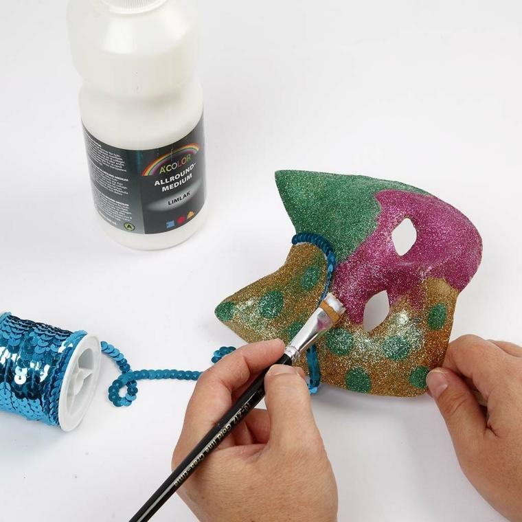 maschere-di-carnevale-fai-da-te-fase-realizzazione-pennello-glitter-idea-forma-gattino-orecchie-punta