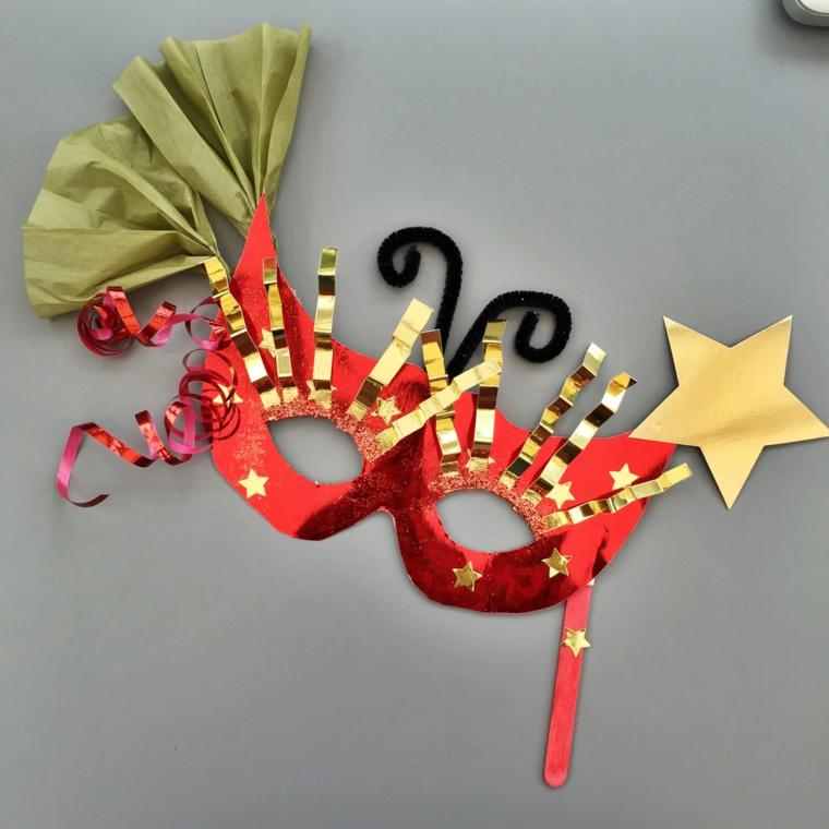 maschere-di-carnevale-fai-da-te-idea-rosso-stelline-decorazioni-oro-ventagli-verdi-lati-antenne-nere