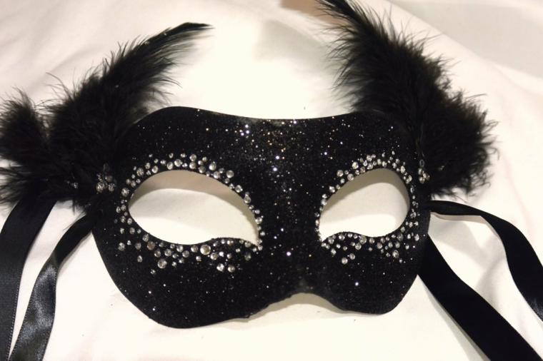 maschere-di-carnevale-fai-da-te-mezzo-volto-tutta-nera-brillantini-intorno-occhi-piume-destra-sinistra