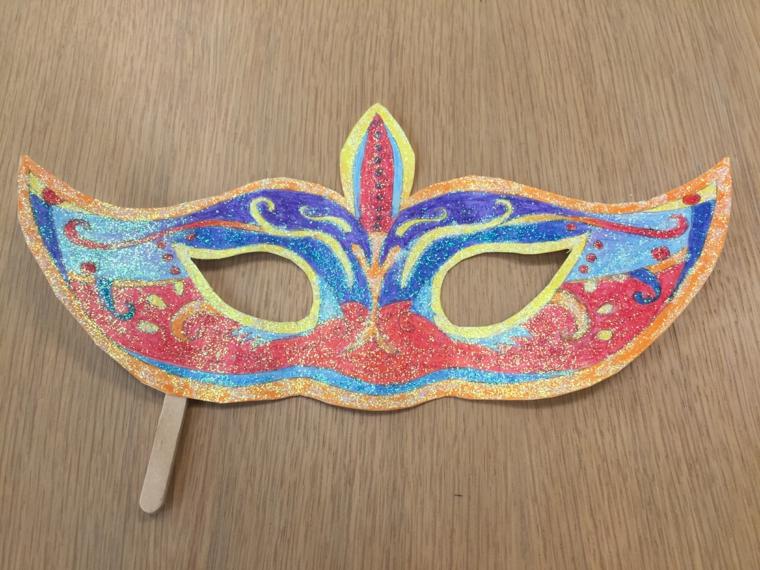 maschere-di-carnevale-fai-da-te-proposta-carta-bastoncino-legno-tutta-colorata-rosso-blu-giallo-arancio