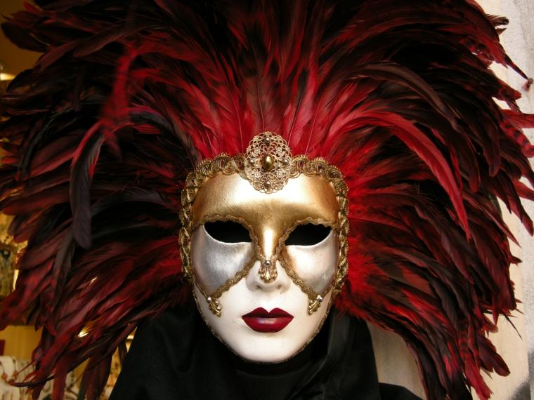 maschere-di-carnevale-figura-manifestazione-venezia-volto-bianco-decorazioni-oro-diadema-serie-piume rosse