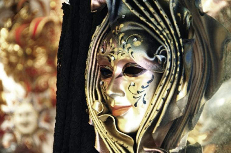 maschere-di-carnevale-idea-ispirate-tradizione-veneziana-volto-bianco-decorazioni-dorate-nere