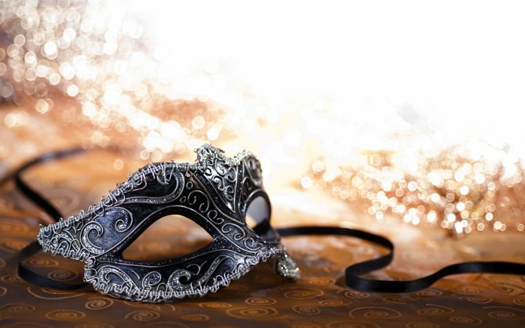 maschere-di-carnevale-idea-semplice-elegante-solo-volto-nera-decorazioni-pizzi-bianchi