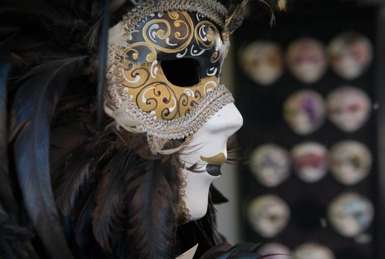 maschere-di-carnevale-immagine-profilo-tema-veneziano-volto-bianco-decorazioni-oro-argento-bianco-piume-grigie