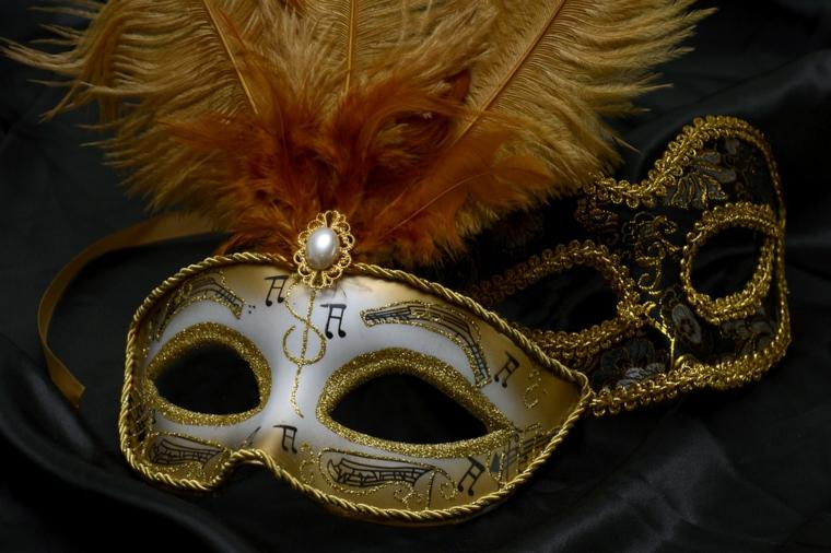 maschere-di-carnevale-paio-idee-solo-occhi-una-bianca-dettagli-oro-piume-una-nera-contorni-dorati