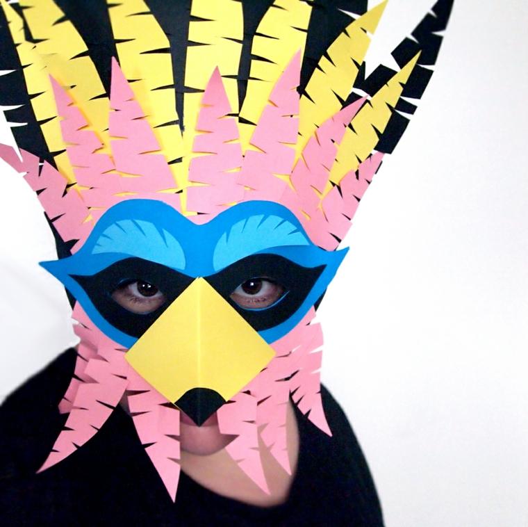 maschere-di-carnevale-per-bambini-proposta-realizzata-carta-tante-piume-rosa-gialle-becco-giallo