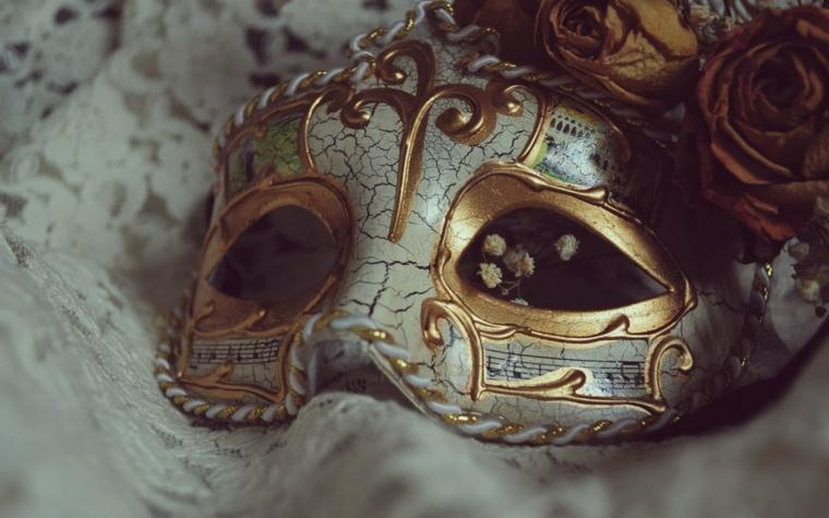 maschere-di-carnevale-proposta-classica-mascherina-colori-avorio-oro-decorazioni-parte-superiore-interno