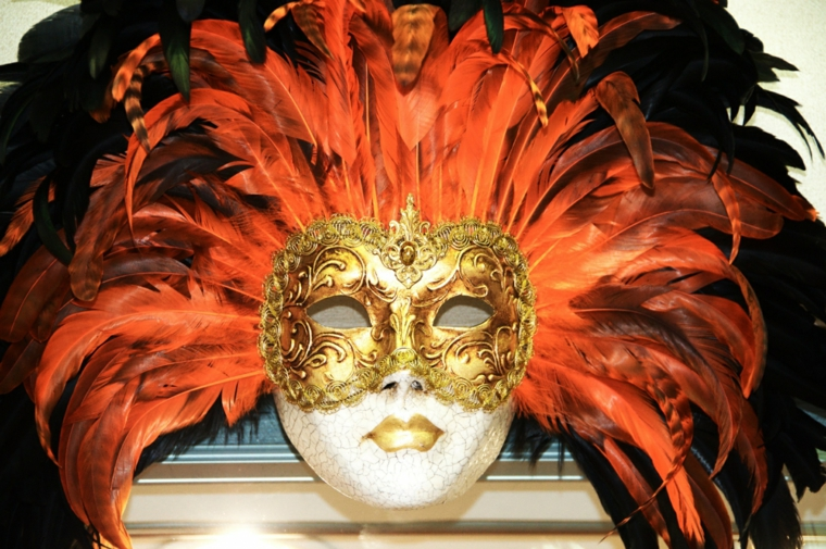 maschere-di-carnevale-proposta-originale-eccentrica-parte-occhi-dorata-tante-piume-nere-arancioni-interno-testa