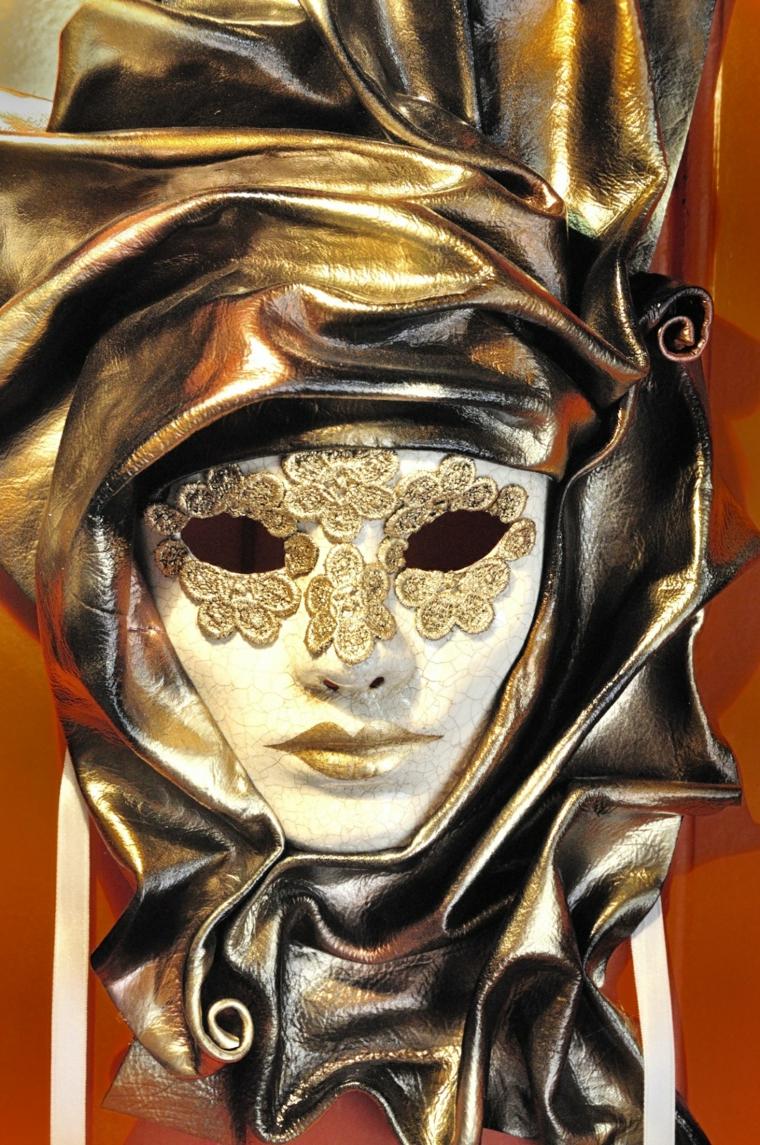 maschere-di-carnevale-proposta-tradizione-venezia-parte-occhi-decorata-color-oro-copricapo-avvolgente