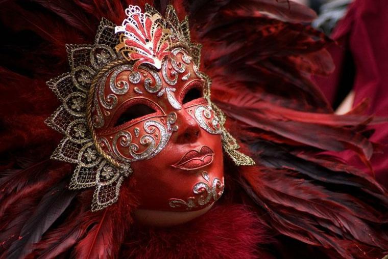 maschere-di-carnevale-proposta-tutto-viso-donna-toni-rosso-argento-decorazioni-lato-fronte