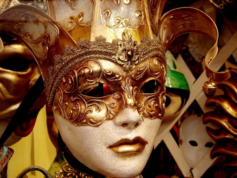 maschere-di-carnevale-proposta-volto-femminile-color-oro-labbra-oro-copricapo-decorazioni-dorate