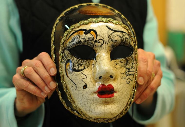 maschere-di-carnevale-proposta-volto-intero-bianca-decorazioni-nere-guance-labbra-rosse