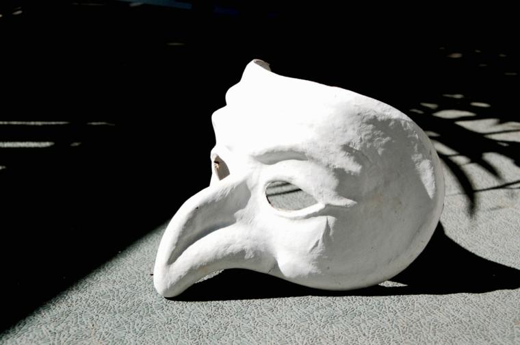 maschere-di-carnevale-pulcinella-famoso-personaggio-tradizione-italiana-variante-bianco