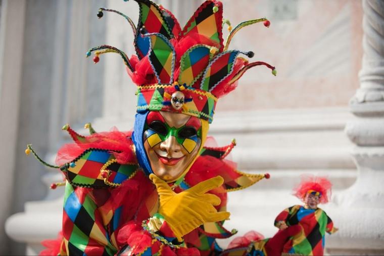 maschere-di-carnevale-uomo-travestito-arlecchino-tradizionale-maschera-italiana-multi-colore
