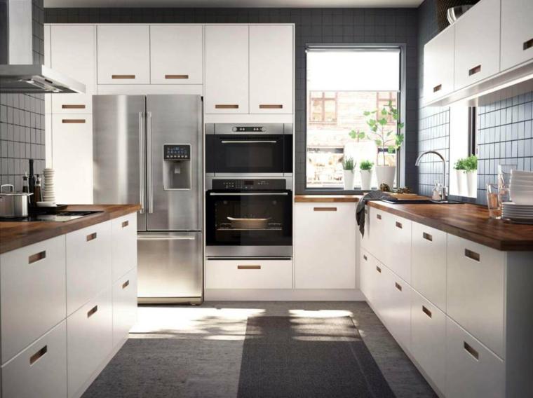 mobili-cucina-ikea-pavimento-grigio-top-legno-frigo-incasso-elettrodomestici-moderni