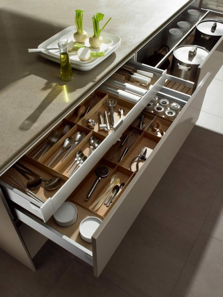 organizzare-la-cucina-cassetti-top-colore-grigio-posate-pentole-bicchieri