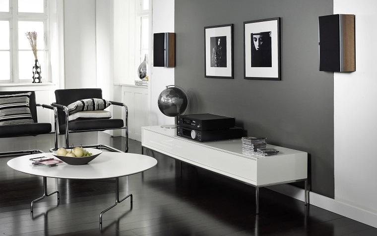 parete-grigia-sofa-stile-moderno