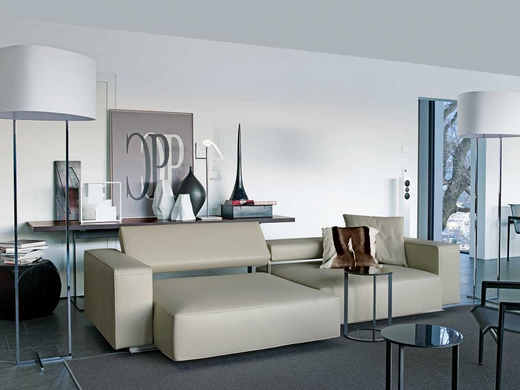 pavimento-grigio-sofa-beige