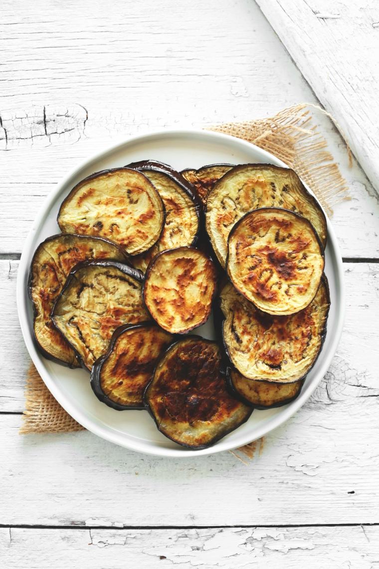 primi-piatti-veloci-melanzane-grigliate-forma-rotonda-piatto-bianco-rotondo