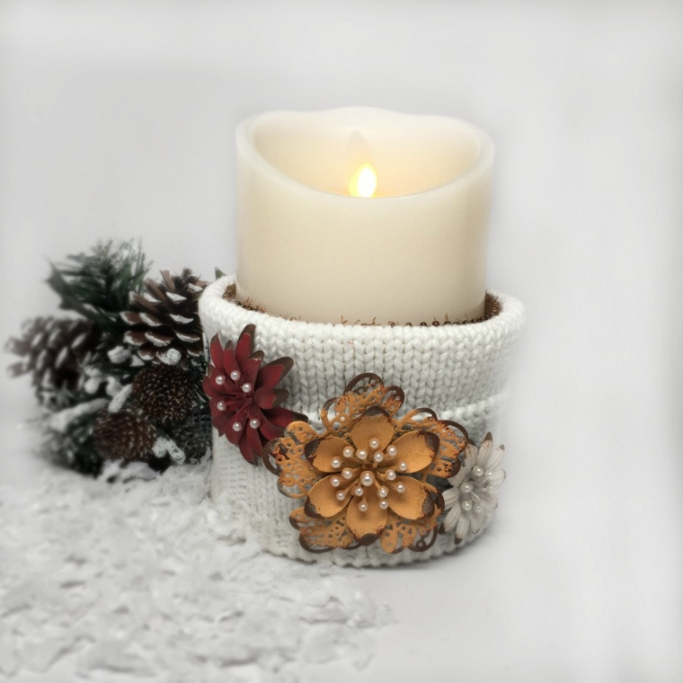 regali-di-natale-per-lei-candela-bianca-avvolta-decorazione-tessuto-fiori-perline-interno